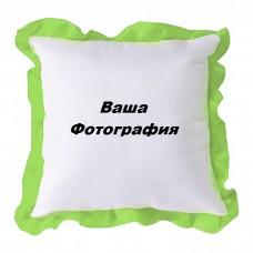 Фото на белой подушке с зеленым узором