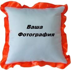 Фото на белую подушку с красным узором